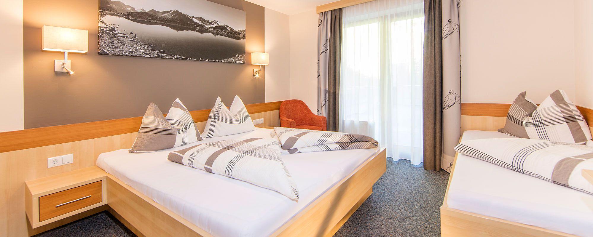 Appartementzimmer mit Doppelbett und Einzelbett